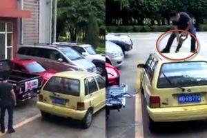Bị cưa đứt đôi ô tô vì đỗ chắn đường người khác
