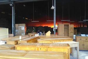 Dập tắt đám cháy lớn tại xưởng chứa gỗ ở Bình Dương