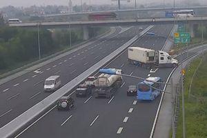 Bất ngờ quay đầu cho container chạy ngược chiều trên cao tốc Hà Nội - Hải Phòng, tài xế bị phạt 7 triệu đồng và tước bằng lái 5 tháng