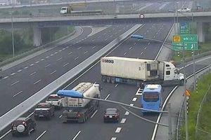 Clip: Thót tim cảnh container chạy ngược chiều trên cao tốc Hà Nội - Hải Phòng