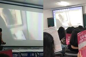 Cả lớp náo loạn vì thầy giáo mở nhầm phim 'hạng nặng', nữ sinh lấy sách che mặt