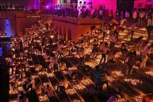 Ấn Độ: Thắp sáng thành phố Ayodhya với hơn 300.000 đèn dầu đất sét