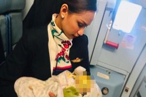 Nữ tiếp viên được khen ngợi hết lời vì cho con hành khách bú trên máy bay