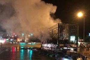 Xe tải bốc cháy ngùn ngụt trên QL1 qua Bình Định