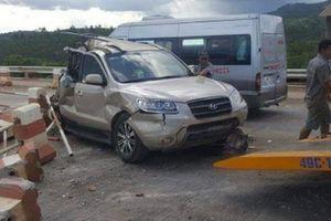 Xe khách tông ô tô tại trạm BOT, 3 người bị thương nặng