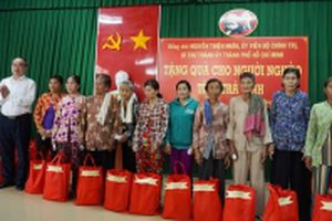 Đồng chí Nguyễn Thiện Nhân tặng quà đồng bào Khmer nghèo ở Trà Vinh
