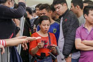 Chen chúc mua vé 'đại chiến' Việt Nam - Malaysia trong mưa rét
