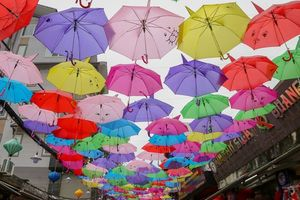 Mới lạ 'đường ô' rực rỡ sắc màu ở làng lụa Vạn Phúc