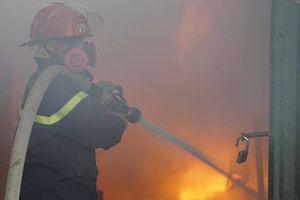 Cháy lớn kho hàng công ty gần bến xe Nước Ngầm