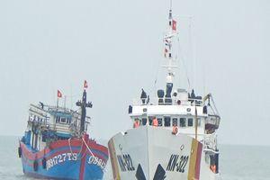 Tiếp nhận tàu đánh cá QB91727TS và 21 ngư dân bị nạn trên biển