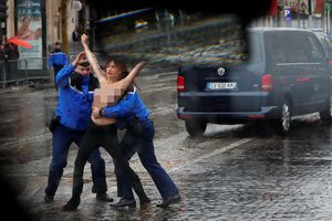 Người phụ nữ ngực trần ngăn đoàn xe chở Tổng thống Trump