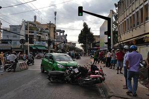 Kinh hãi cảnh taxi đâm hàng loạt xe máy dừng chờ đèn đỏ