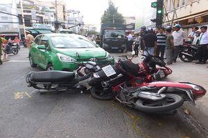 Taxi tông hàng loạt xe máy đang dừng chờ đèn tín hiệu
