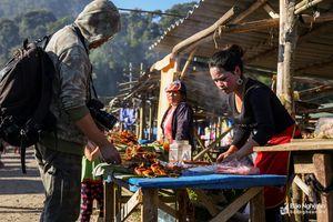 Đi chợ phiên xuyên quốc gia ở huyện vùng cao xa nhất Nghệ An