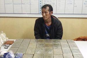 Rạng sáng, bắt đối tượng vận chuyển 30 bánh heroin ở Sơn La