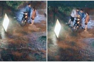 Cặp đôi cãi nhau dưới mưa, bất ngờ người thứ 3 xuất hiện lại được dân tình rần rần ủng hộ