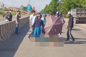 Người dân dùng ô che nắng cho thi thể nam dân quân tự vệ sau cú tông vào dải phân cách tử vong