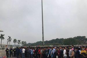 Người hâm mộ đội mưa lạnh trong đêm chờ mua vé trận Việt Nam-Malaysia