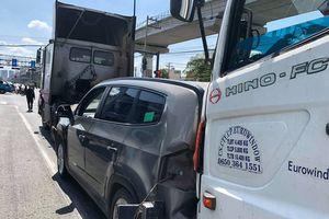 Tai nạn liên hoàn trên Xa lộ Hà Nội, 5 người trên ô tô bẹp dúm kêu cứu