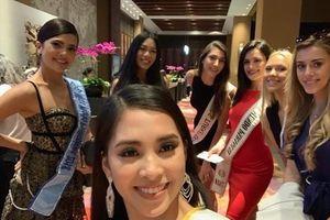 Tiểu Vy diện đầm cắt xẻ táo bạo, khéo khoe vẻ đẹp cơ thể tại Miss World