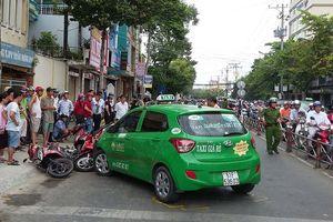 Taxi tông hàng loạt xe máy đang dừng chờ đèn đỏ
