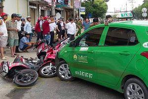 Taxi lao vào đường ngược chiều, tông hàng loạt xe máy