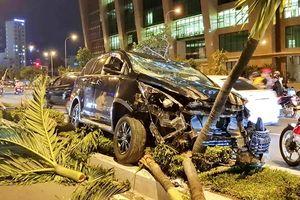 Nha Trang: Tài xế ô tô say rượu tông vào xe máy rồi lao lên dải phân cách