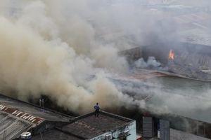 Cận cảnh lửa cháy ngùn ngụt kho hàng gần bến xe Nước Ngầm ở Hà Nội