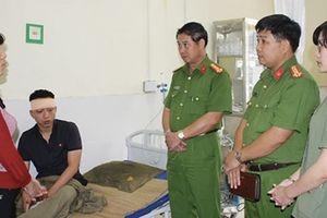 Thăm hỏi chiến sỹ bị thương khi tìm kiếm nạn nhân trong hang Cột Cờ