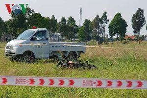 Nam thanh niên chết bên cạnh chiếc xe máy giữa bãi đất trống