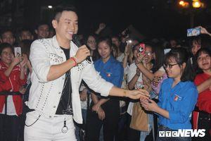 Ca sỹ Duy Khoa 'quẩy' hết mình trong lễ hội sinh viên Thủ đô