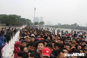 Hàng nghìn người trắng đêm chen chân săn vé trận Việt Nam - Malaysia