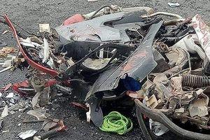 Hà Nội: Xe máy nát bét sau va chạm kinh hoàng với container, 4 người thương vong
