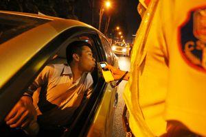 CSGT kiểm tra nồng độ cồn tài xế giữa khuya ở Sài Gòn