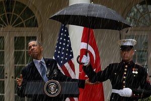 Cư dân mạng đăng ảnh Obama dưới mưa để chế giễu Trump