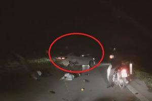 Ôtô con gây tai nạn kinh hoàng cho xe máy rồi bỏ chạy