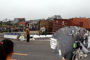 Hà Nội: Thùng container đè nát xe máy sau cú va chạm, 2 người tử vong tại chỗ