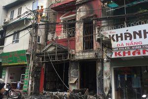 Nhà 4 tầng bốc cháy giữa trời mưa, 2 người bỏng nặng