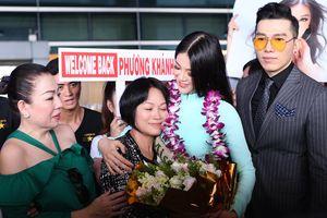 Phương Khánh bật khóc, ôm mẹ trong ngày trở về nước