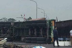 Xe container lật ngang đường, đè nát xe máy, 4 người thương vong