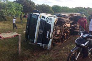 Tài xế xe tải bất cẩn khiến xe bị lật đè 2 người tử vong