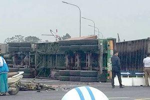 Xe máy va chạm kinh hoàng với xe container, 4 người thương vong
