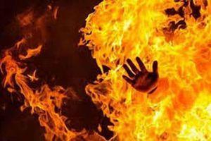Cự cãi nhau, chồng đổ xăng châm lửa đốt vợ