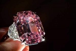 Video cận cảnh viên kim cương đặc biệt trị giá 50 triệu USD