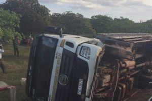 Vừa lái xe vừa mở nhạc, tài xế khiến ô tô tải lao xuống vệ đường, 2 người tử vong