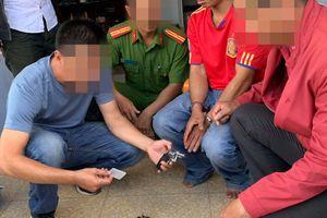 Bắt quả tang đối tượng bán ma túy và tàng trữ 'hàng nóng'