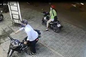 Camera ghi hình đôi nam nữ táo tợn bẻ khóa trộm xe máy trước cửa nhà dân trong tích tắc
