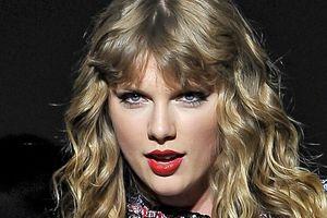 Diễn dưới mưa suốt show: Taylor Swift đổ bệnh và… vô tình quăng thẳng giấy xì mũi vào fan!