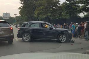 Xe sang Audi mất lái phi lên dải phân cách 'hạ gục' ô tô và 2 xe máy khiến 2 người bị thương