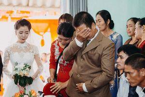 Cha đưa tay lau vội nước mắt ngày con gái đi lấy chồng, thế mới biết dù mạnh mẽ nhường nào cha vẫn có lúc mềm yếu đến nghẹn lòng